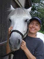Pferdekopf mit junger Frau von vorne